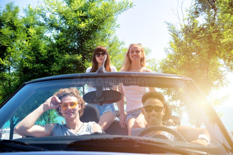 Młodzi przyjaciele gotowi podróżować samochodem obrazy stock