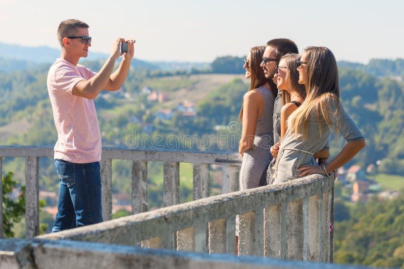 Młodzi przyjaciele ma zabawę i bierze obrazki outdoors zdjęcie royalty free