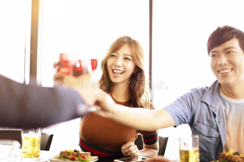 młodzi przyjaciele pije wino w restauraci zdjęcia stock