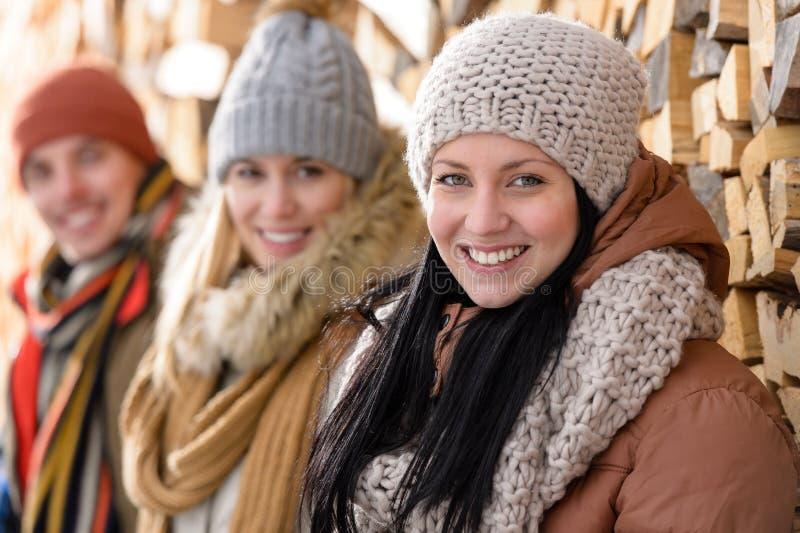 Młodzi przyjaciele w zimy odzieżowej wsi obraz royalty free