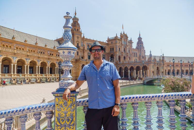 Młodzi przystojni Latynoscy mężczyzna pozuje w placu De españa w Seville Hiszpania zdjęcie royalty free