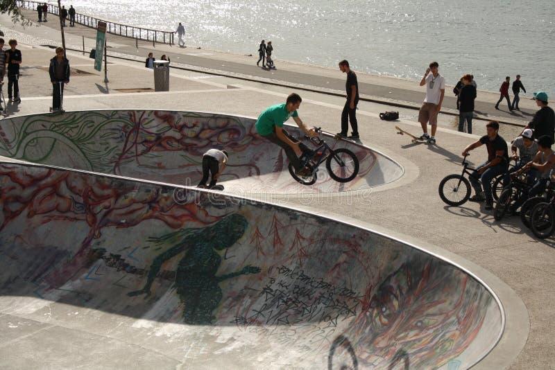 Młodzi rowerzyści i deskorolkarze plenerowi, Lion, Francja zdjęcia stock