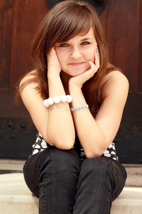 młodzi siedzący dziewczyna schodki fotografia stock