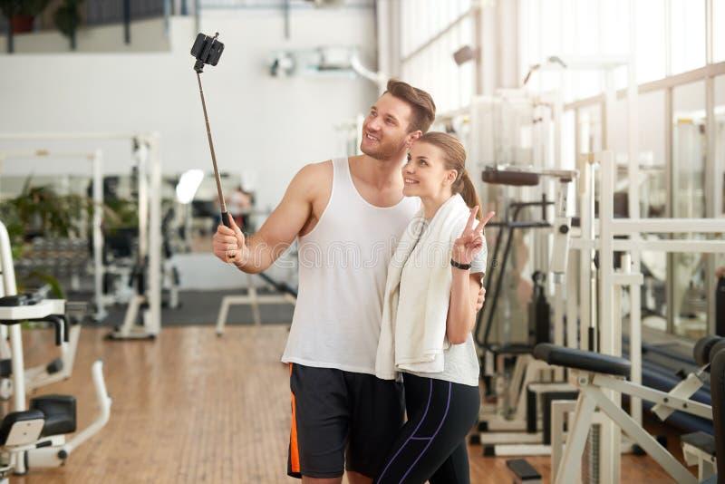 Młodzi sporty ludzie przy sprawności fizycznej centrum zdjęcie stock