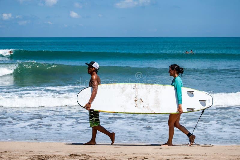 Młodzi surfingowowie trzyma kipieli deskę fotografia stock