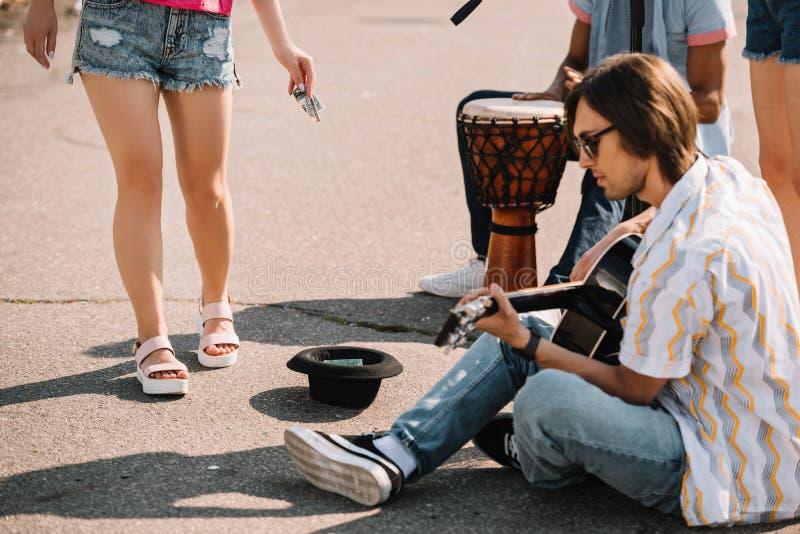 Młodzi szczęśliwi buskers bawić się improwizującego koncert przy miasta dostawaniem i ulicą obrazy stock