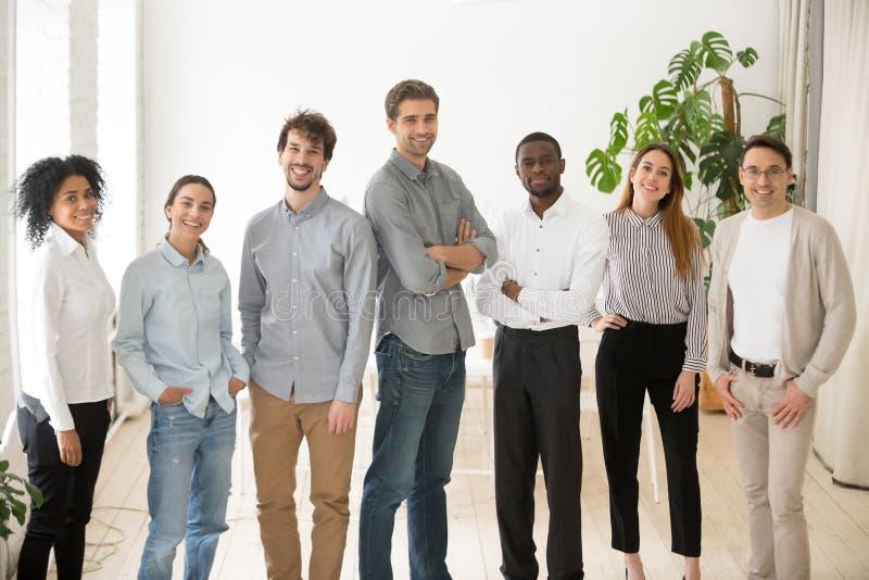 Młodzi szczęśliwi fachowi różnorodni ludzie grupy drużynowy p lub biznes fotografia royalty free