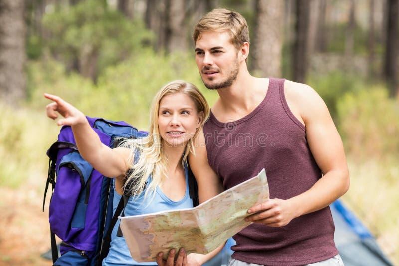 Młodzi szczęśliwi joggers patrzeje coś w odległości zdjęcie stock