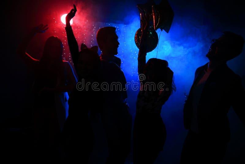 Młodzi szczęśliwi ludzie tanczą w klubie Życie nocne i dyskoteki pojęcie zdjęcia stock