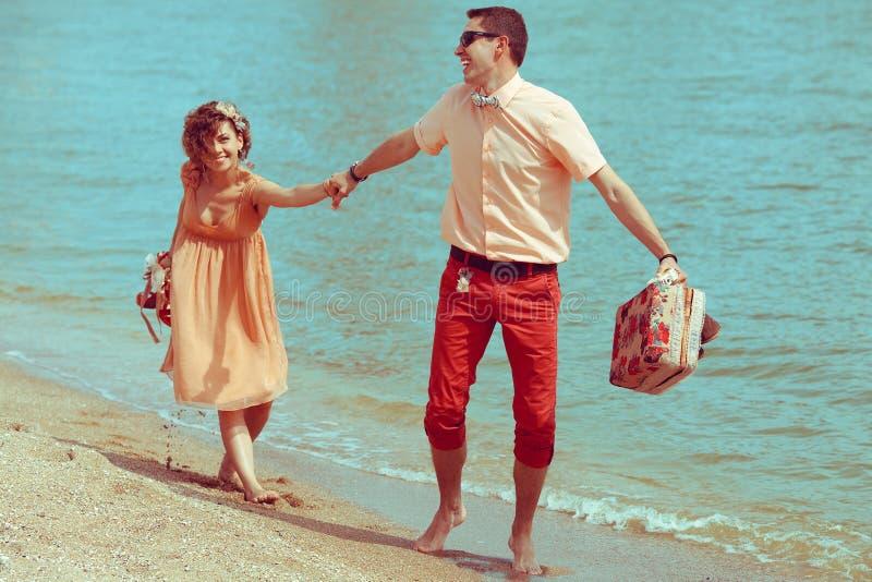 Młodzi szczęśliwi zamężni modnisie przy morzem obraz royalty free