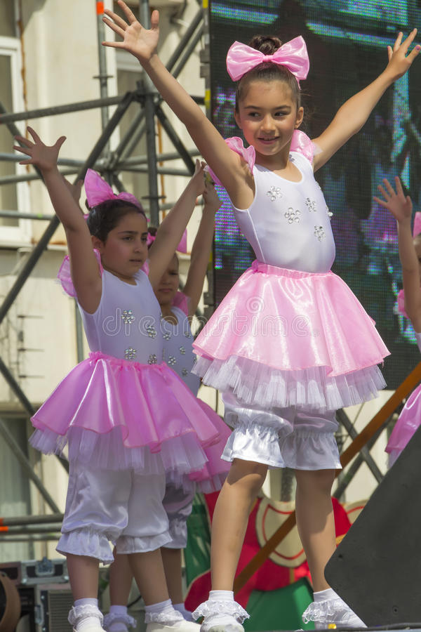 Młodzi tancerze na scenie przed miasto administracją zdjęcia royalty free