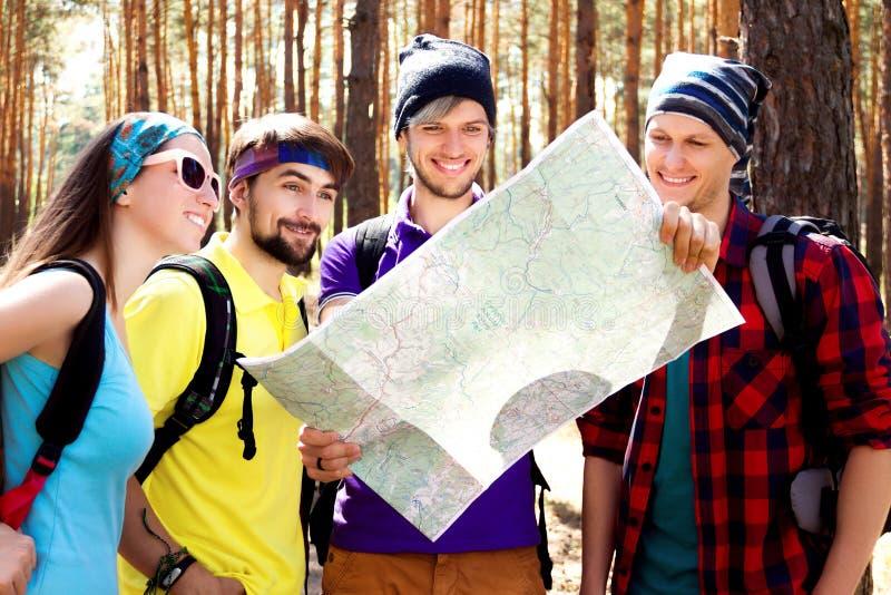 Młodzi turyści w drewnach obraz royalty free