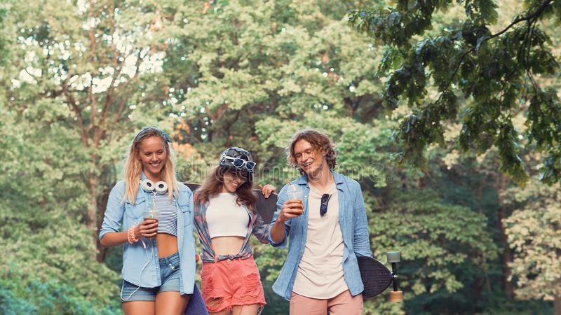 Młodzi uśmiechnięci deskorolkarze zdjęcie stock