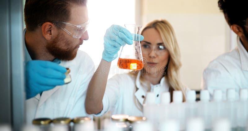 Młodzi ucznie pracuje w laboratorium chemia zdjęcie royalty free