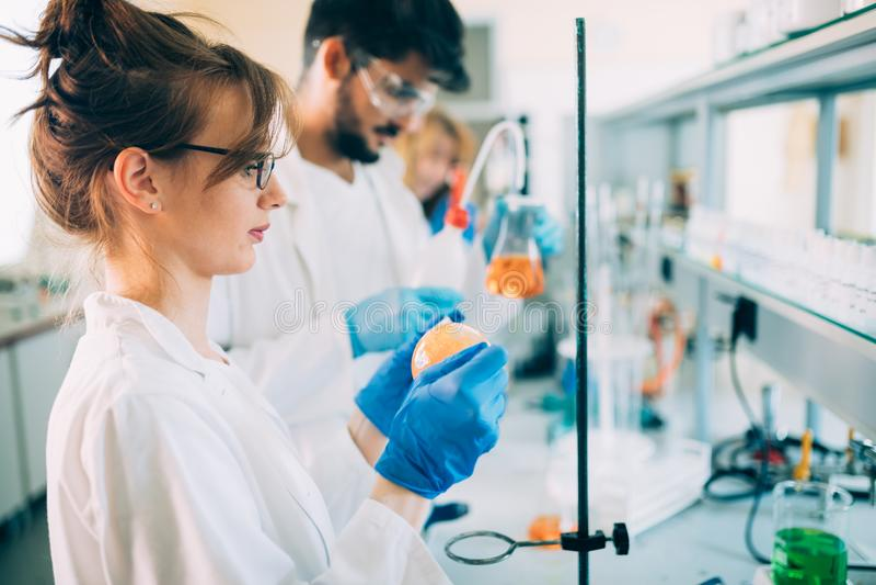 Młodzi ucznie pracuje w laboratorium chemia obraz stock