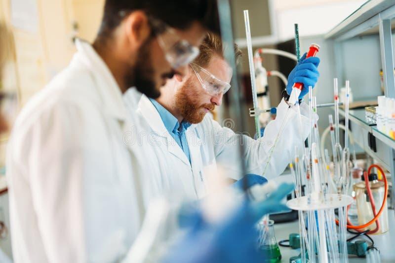Młodzi ucznie pracuje w laboratorium chemia zdjęcia royalty free