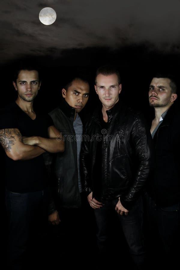 Młodzi werwolves - 4 mężczyzna w ciemnym lesie zdjęcie stock