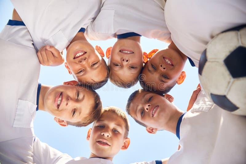 Młodzieżowa drużyna futbolowa Skupia się Przed dopasowaniem obrazy stock