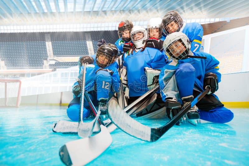 Młodzieżowa drużyna hokejowa z bramkarzem na lodowym lodowisku obraz stock