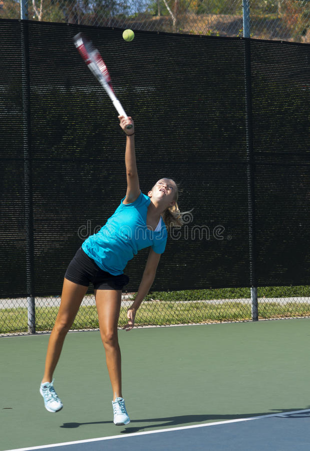 Młodzieżowa gracz w tenisa porcja zdjęcie royalty free