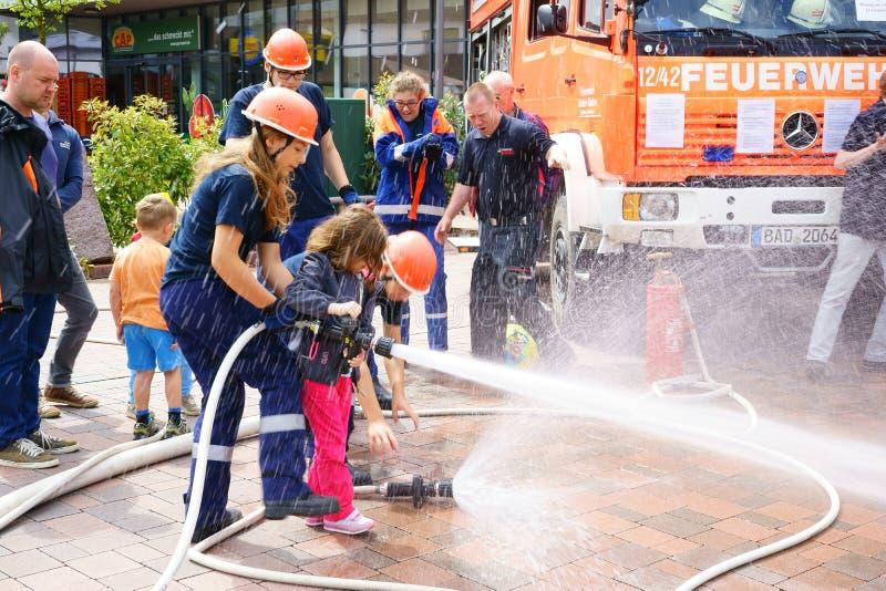 Młodzieżowi strażacy Niemcy i spada firehose fotografia royalty free