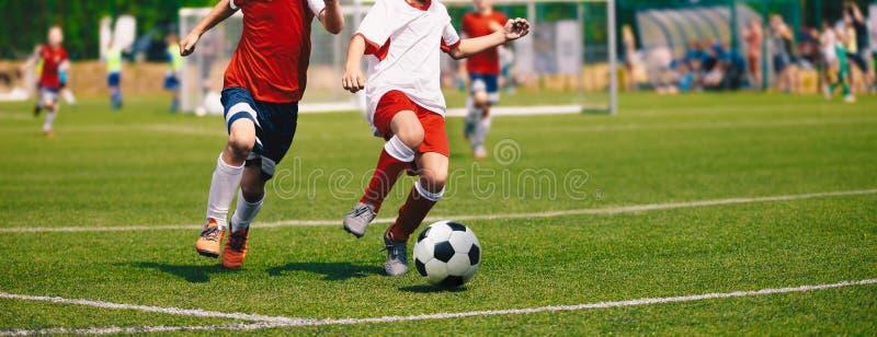 Młodzieżowy mecz piłkarski Mecz Futbolowy Dla młodość graczów zdjęcia stock