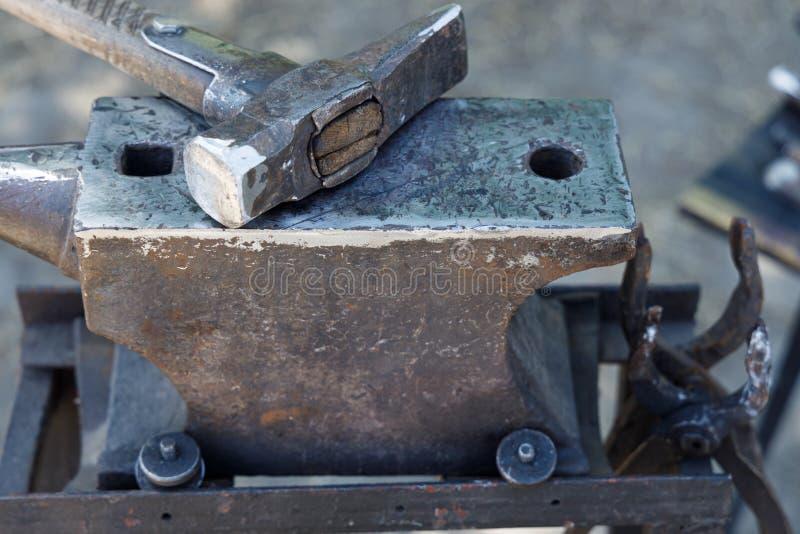 Młot blacksmith kłama na kowadle fotografia stock