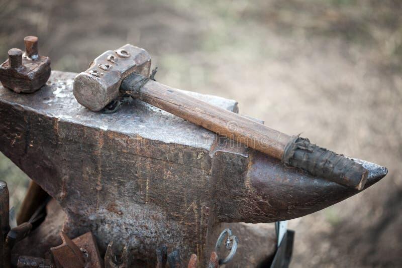 Młot na blacksmith kowadle fotografia stock
