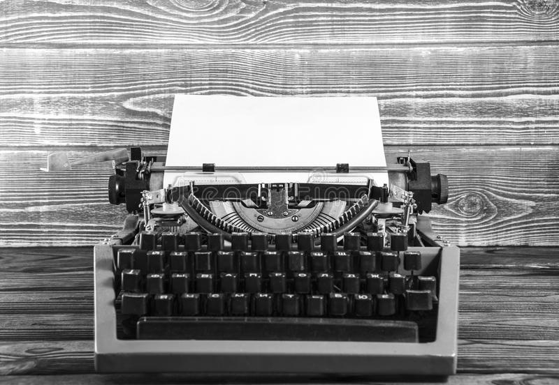 Młot thvintage maszyna do pisania z prześcieradłem papier na drewnianym tle obraz royalty free