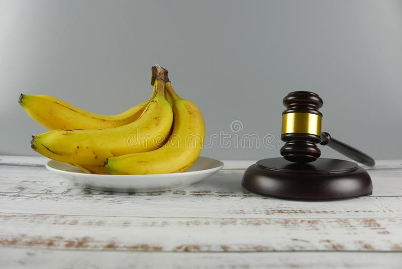 Młoteczek i wiązka banany na drewnianym tle E obrazy royalty free