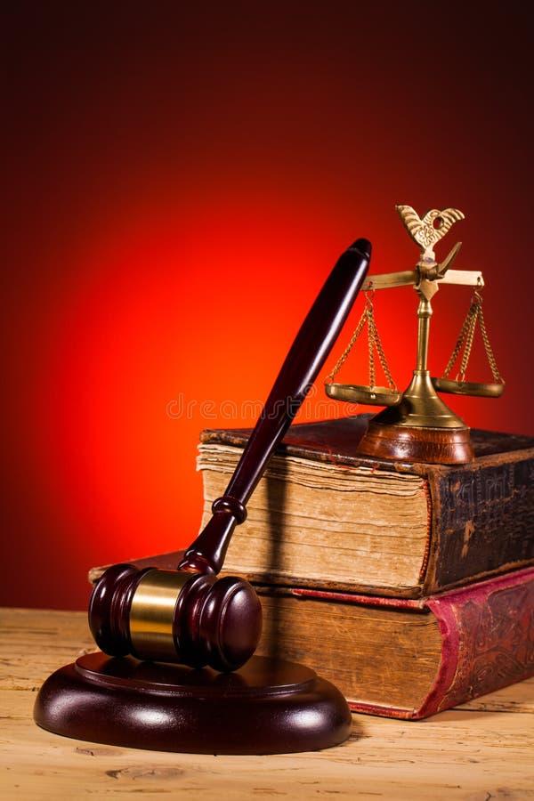 Młoteczek, waży sprawiedliwość i stara książka obraz stock