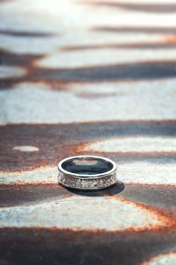 Młotkujący srebro pierścionek zdjęcie stock