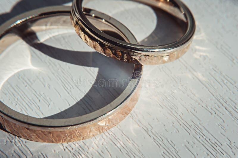 Młotkujący weddin pierścionki Sunsine obraz royalty free