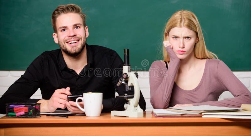 m 学习大学的学生 遗传学和工程学 困难的大学主题 ?? 免版税库存照片
