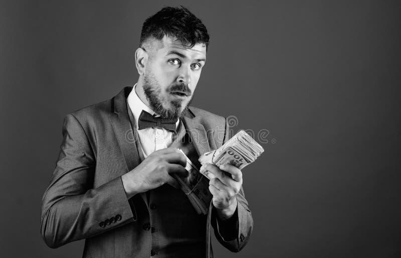 m 得到现金容易和迅速 现金交易事务 人正装举行堆美元 免版税库存图片