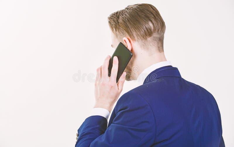 m 电话技术支持服务 商人近举行智能手机 人正装电话支持 免版税图库摄影