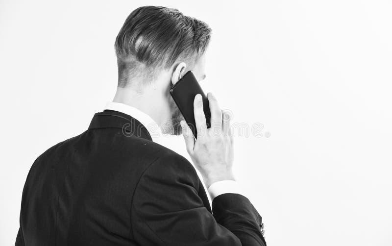 m 电话技术支持服务 商人近举行智能手机 人正装电话支持 库存图片