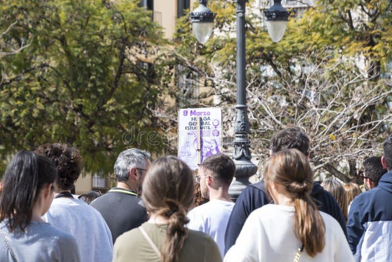 M?LAGA, SPANIEN - 8. M?RZ 2019: Menge, die in zentrales M?laga am internationalen Tag der Frau f?r gleiche Rechte marschiert stockfotografie