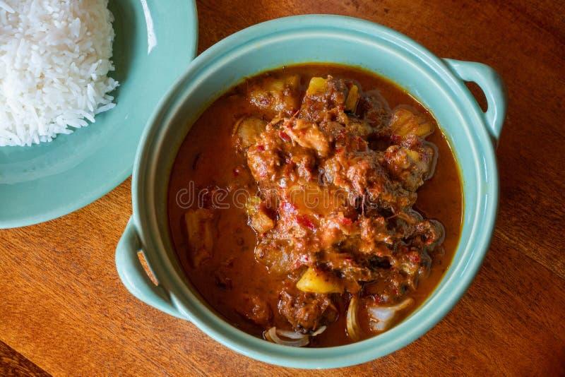 M?beln Sie massaman Curry mit Reis auf Holztisch, thail?ndische Nahrung auf stockbild