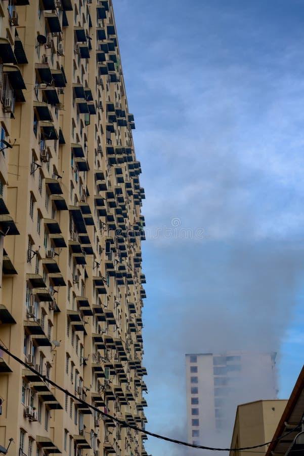 M?ckenschutzr?ucherung auf Bauunternehmen-Hochhausblock stockfotos