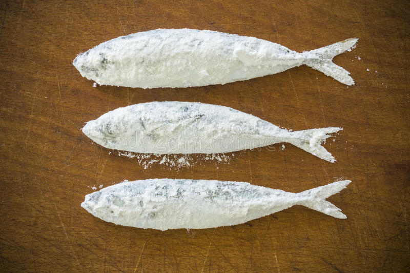 Download Mączasta Ryba Na Drewnianym Tle Zdjęcie Stock - Obraz złożonej z lunch, delikatny: 57668742