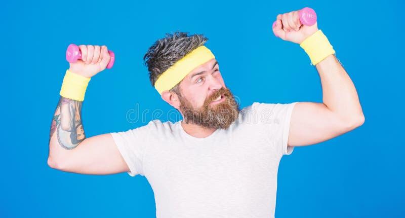 M??czyzna brodata atleta ?wiczy dumbbell Atlety szkolenie z malutkim dumbbell Niep?onny atleta facet Sportowa szkolenie obraz stock