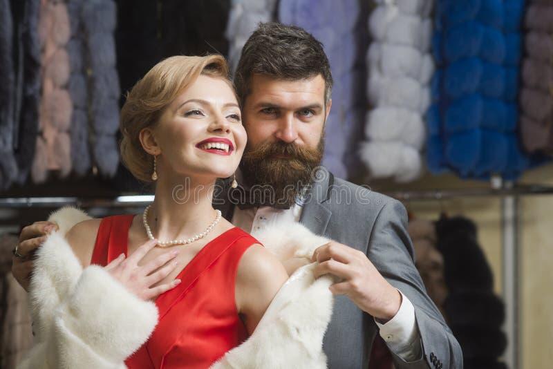 M??czyzna i dziewczyna z rozochoconymi twarzami na ubraniach dr?czymy t?o fotografia stock
