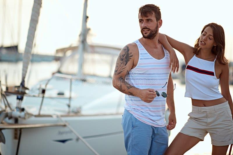 M??czyzna i kobieta blisko jacht?w na doku Para w mi?o?ci na doku zdjęcia royalty free