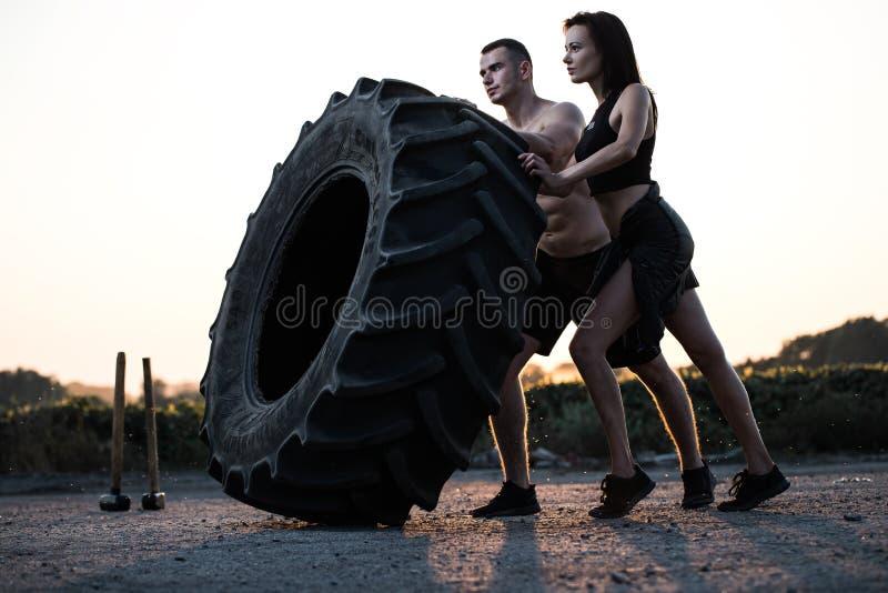 M??czyzna i kobieta robi sportom fotografia stock