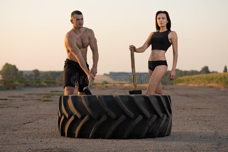 M??czyzna i kobieta robi sportom zdjęcia stock