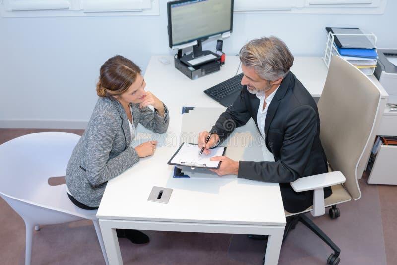 M??czyzna i kobieta w biznesowym spotkaniu obraz stock