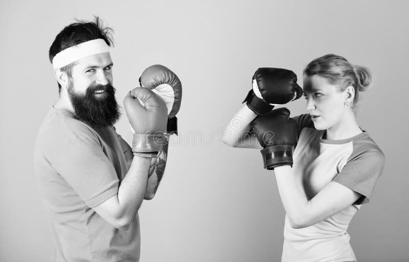 M??czyzna i kobieta w bokserskich r?kawiczkach Bokserski sporta poj?cie Para modnisia i dziewczyny ?wiczy boksowa? Sport dla ever zdjęcie royalty free