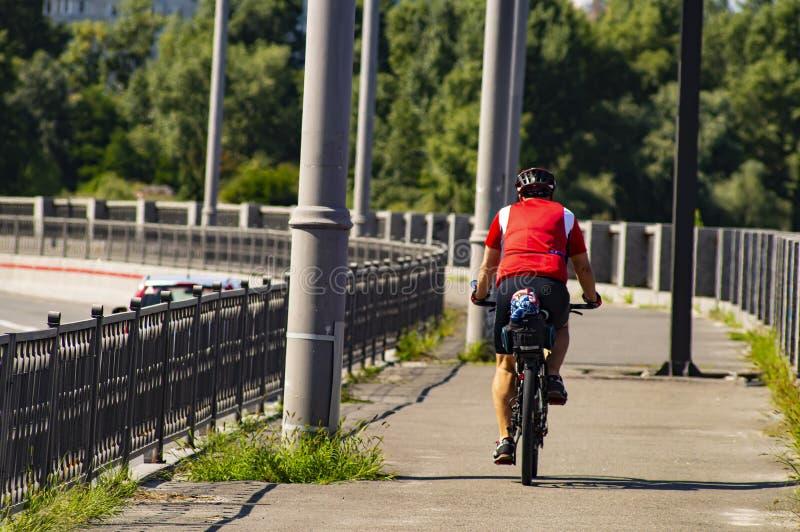 M??czyzna jedzie bicykl widok z powrotem Sporty i odtwarzanie zdjęcia royalty free