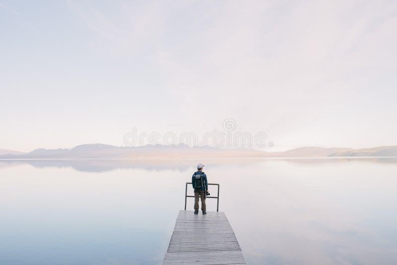 Mężczyzna Jest Ubranym Kurtki Pozycję Na Drewnianych Dokach Prowadzi Ciało Woda Bezpłatna Domena Publiczna Cc0 Obraz
